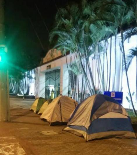TRABALHADORES ACAMPAM EM FRENTE À GM DE SCS